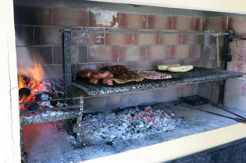 Argentinian grilling where the meat does not touch the flames