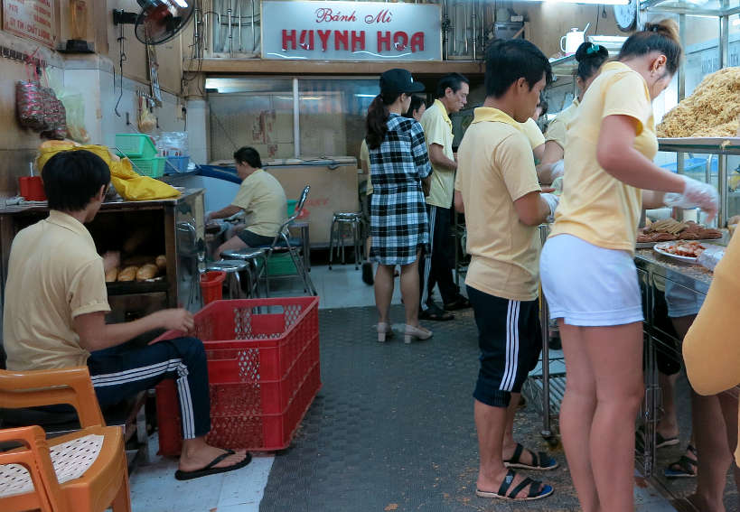ToastingBreadforBanhMisandwichatHuynhHoa_VietnameseSandwich_AuthenticFoodQuest