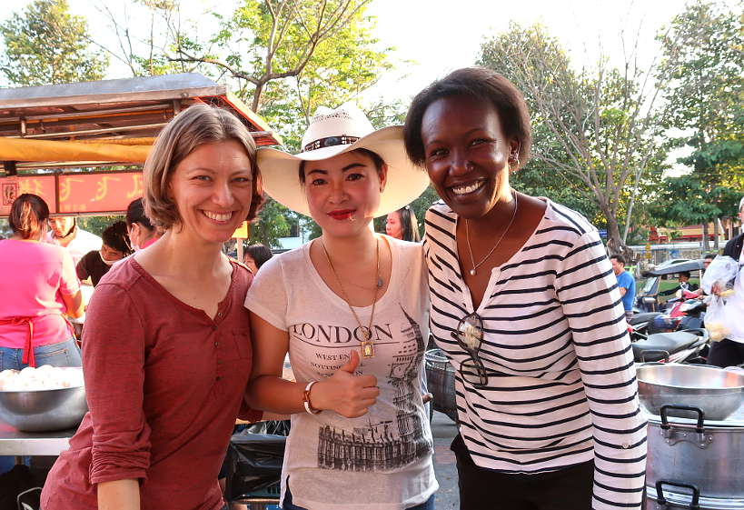 ClaireandRosemaryWithCowboyHatLady_ChiangMaiFoodTour_AuthenticFoodQuest