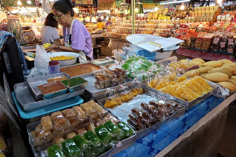 KhanomVendor_TomPayomMarket_ChiangMaiFood_AuthenticFoodQuest