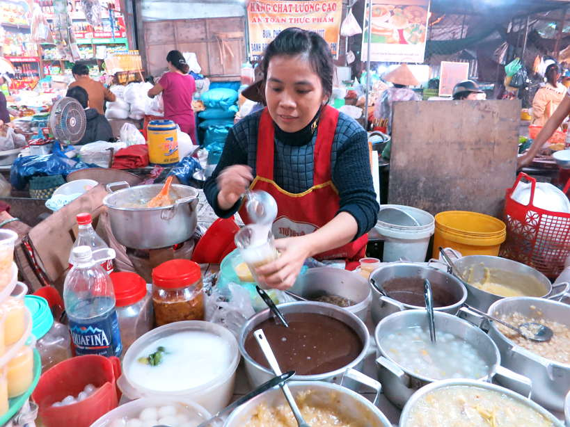 Lady selling Che at Hue Ben Ngu Market by Authentic Food Quest