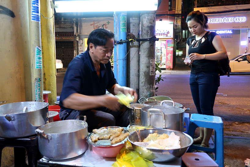 Che Saigon street food vendor by Authentic Food Quest